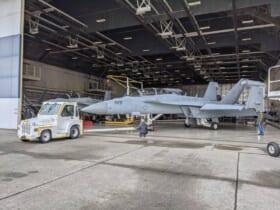 能力近代化改修のためワシントン州ウィドビーアイランド海軍航空基地に運び込まれたEA-18G(Image:Boeing)