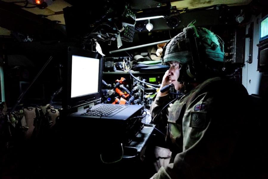 パソコンで情報を確認するイギリス陸軍兵(Image:Crown Copyright)