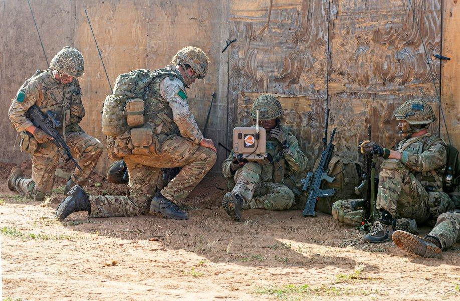 衛星通信を行うイギリス陸軍空挺兵(Image:Crown Copyright)