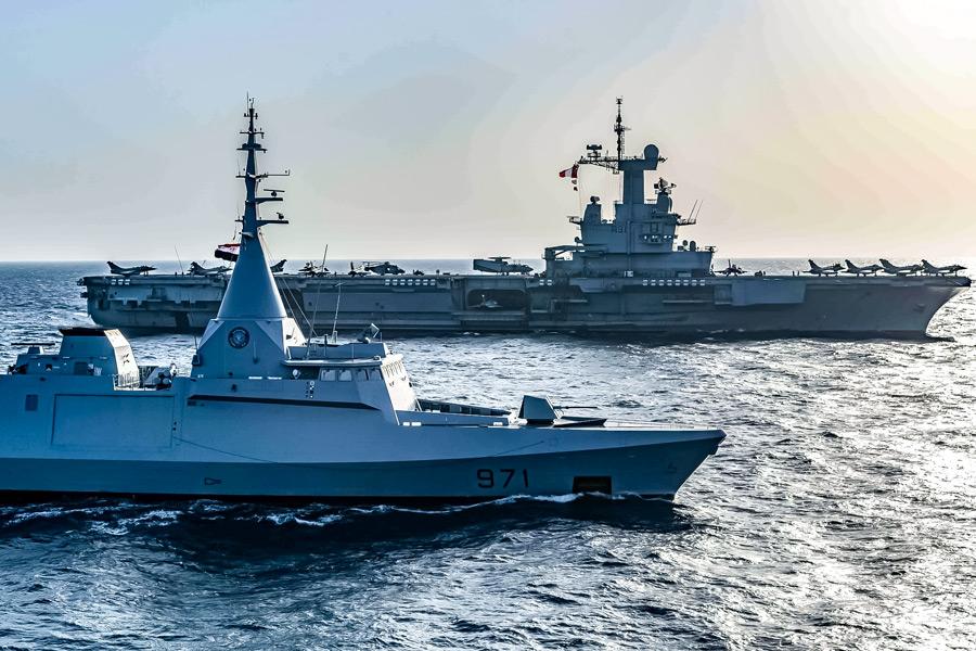 エジプト海軍コルベットのエル・ファテと並ぶ空母シャルル・ド・ゴール(Image:フランス海軍)