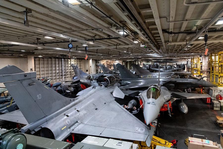 空母シャルル・ド・ゴールの格納庫(Image:フランス海軍)