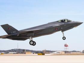 初飛行で離陸するデンマーク向けF-35Aの1号機(Image:Lockheed Martin)