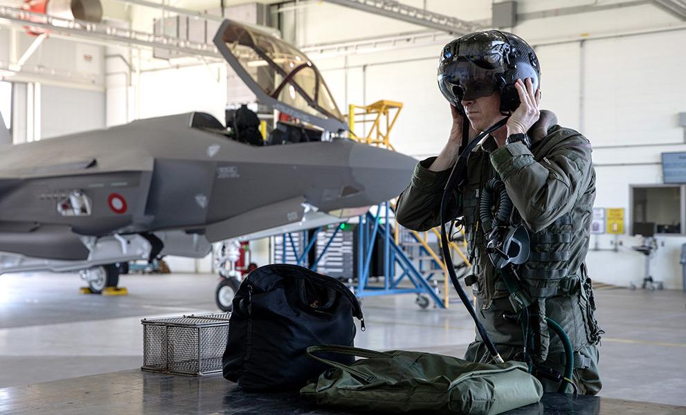 初飛行に向け準備するロッキード・マーティンのテストパイロット(Image:Lockheed Martin)
