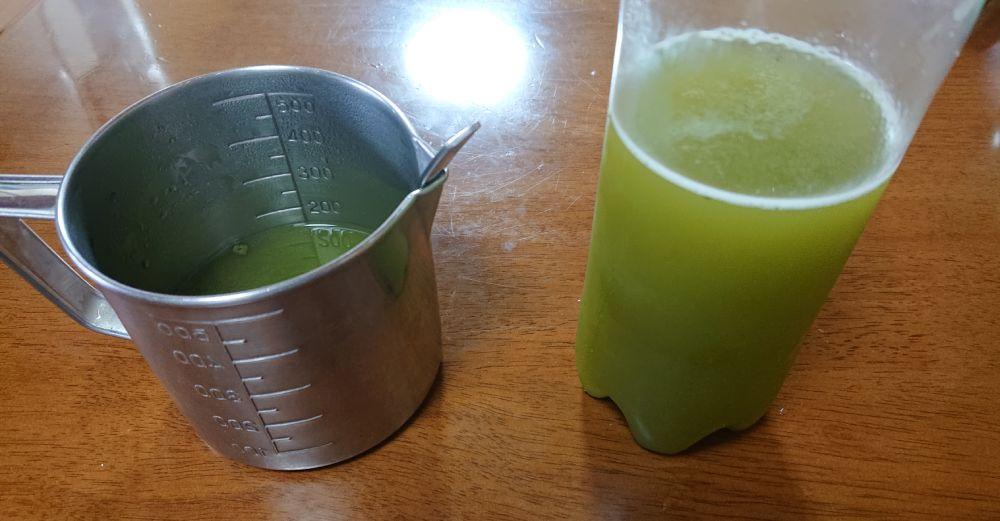 スティックをふりかけた結果、容器は緑に変色。