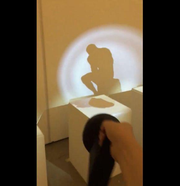 懐中電灯のようなもので照らし合わせた結果、何もないはずの作品台の上に作品が出現。