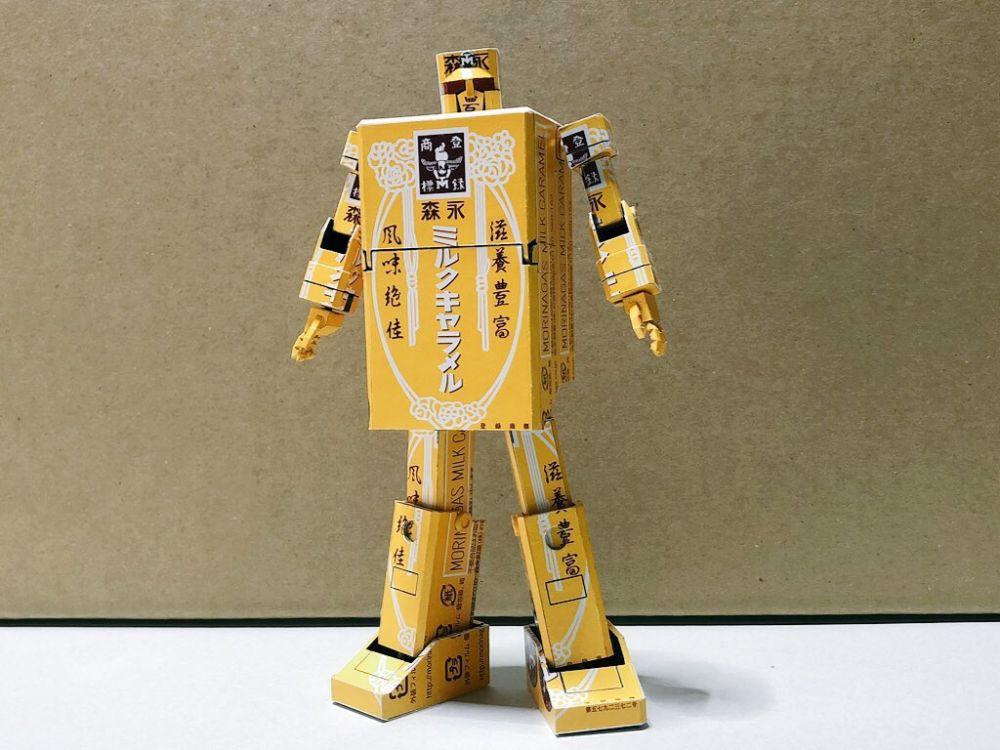 そして3枚目には手足と頭部が出現して、ロボットのようなフォルムに。ん?この黄金戦士はまさか!