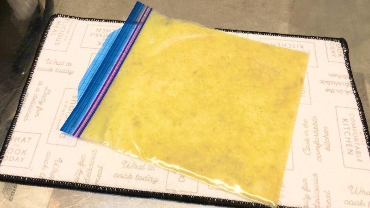 フリーザーバッグにいれ5mm以下の厚みに薄く平らにして冷凍庫へ(麦ライスさん提供)