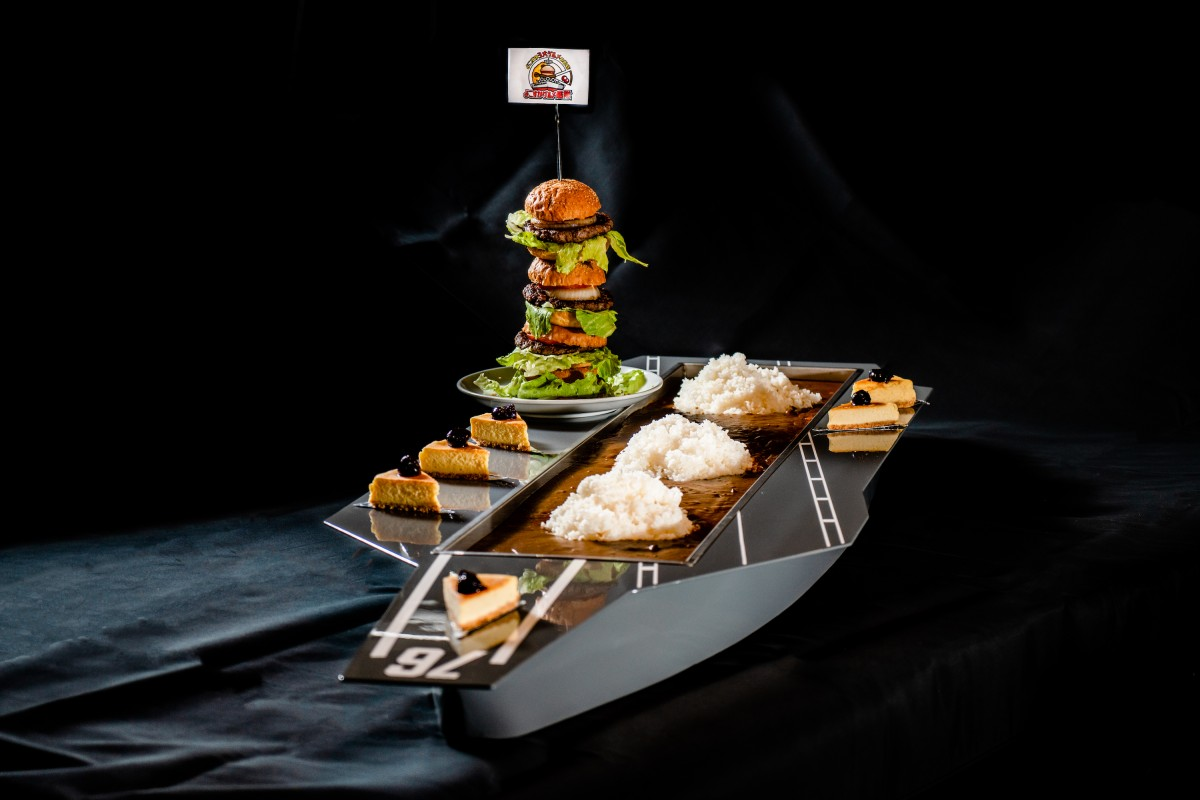 食器含め総重量約35kgの「巨大空母プレート ぐるかんロナルド・レーガン(税込3万2750円:要予約)」