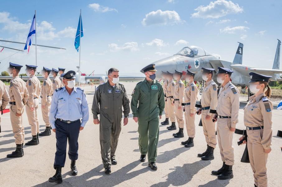テルノフ空軍基地に到着したイギリス空軍のウィグストン参謀総長(Image:イスラエル航空宇宙軍)
