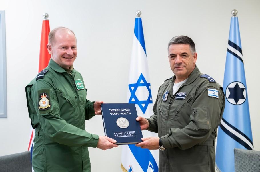 イギリス空軍のウィグストン参謀総長(左)とイスラエル航空宇宙軍のノルキン参謀総長(Image:イスラエル航空宇宙軍)
