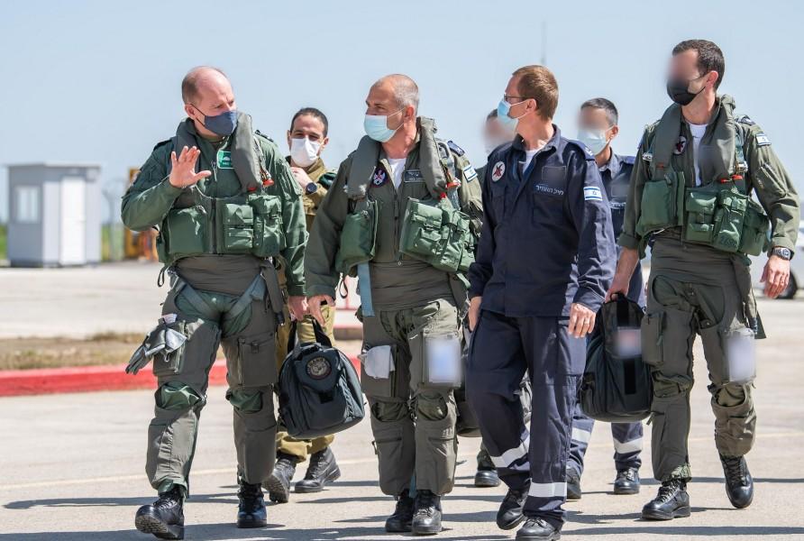 共同飛行に臨む両国の空軍参謀総長(左)とイスラエル航空宇宙軍のノルキン参謀総長(Image:イスラエル航空宇宙軍)