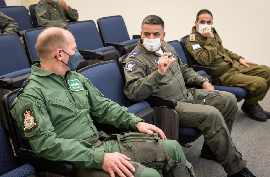 イギリス空軍のウィグストン参謀総長(左)と言葉を交わすイスラエルのノルキン参謀総長(中)(Image:イスラエル航空宇宙軍)
