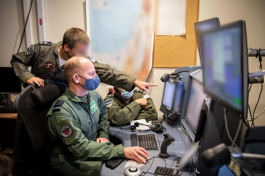 弾道ミサイル防衛について説明を受けるイギリス空軍のウィグストン参謀総長(Image:イスラエル航空宇宙軍)