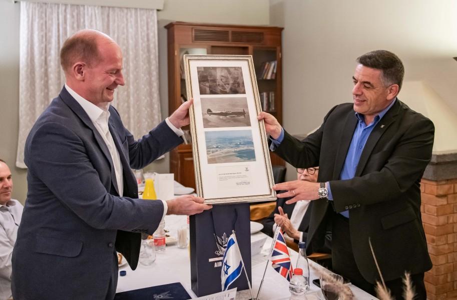 イギリス空軍のウィグストン参謀総長(左)から記念品を贈られるイスラエル航空宇宙軍のノルキン参謀総長(Image:イスラエル航空宇宙軍)