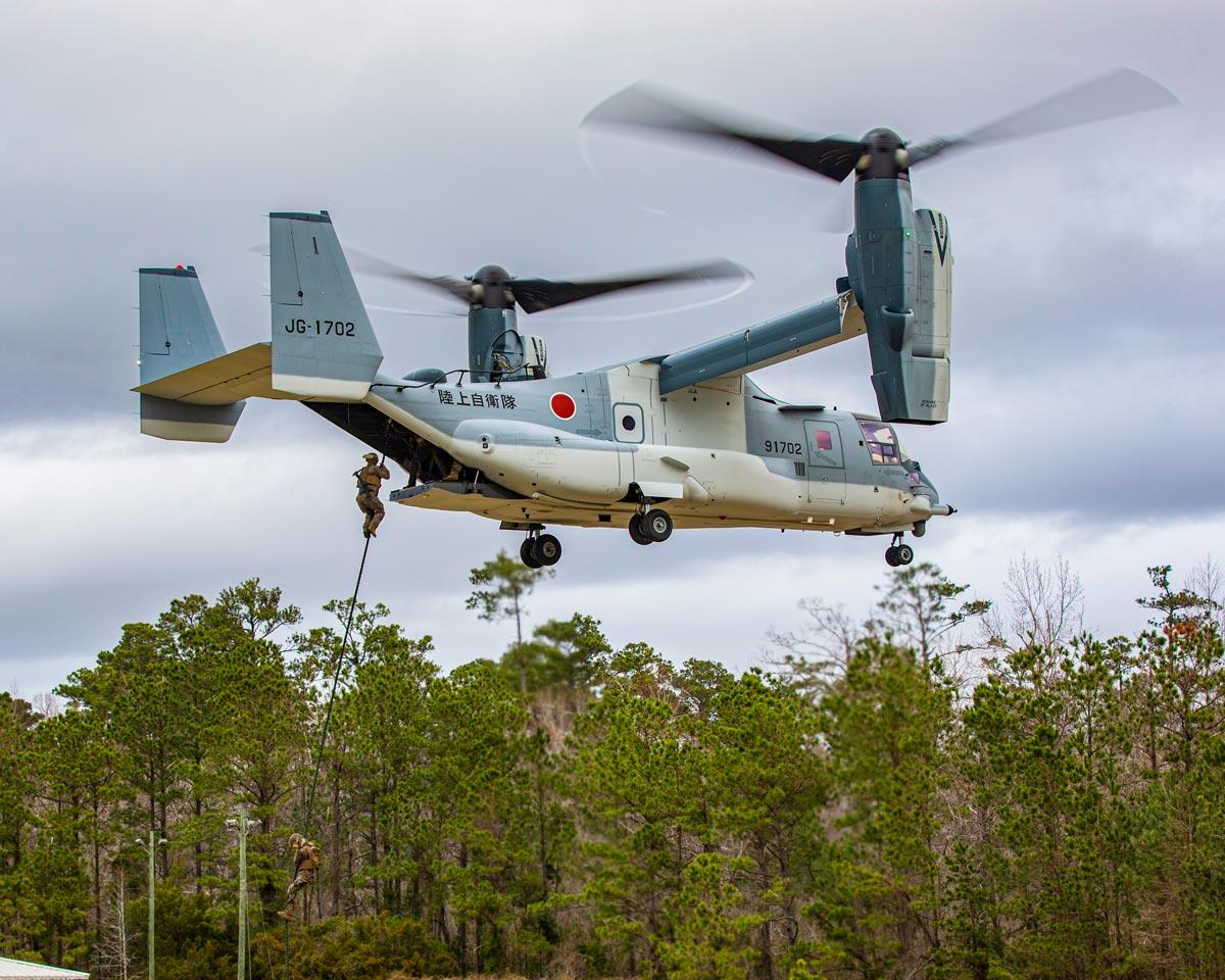 陸上自衛隊のMV-22からファストロープ降下するアメリカ海兵隊員(Image:USMC)