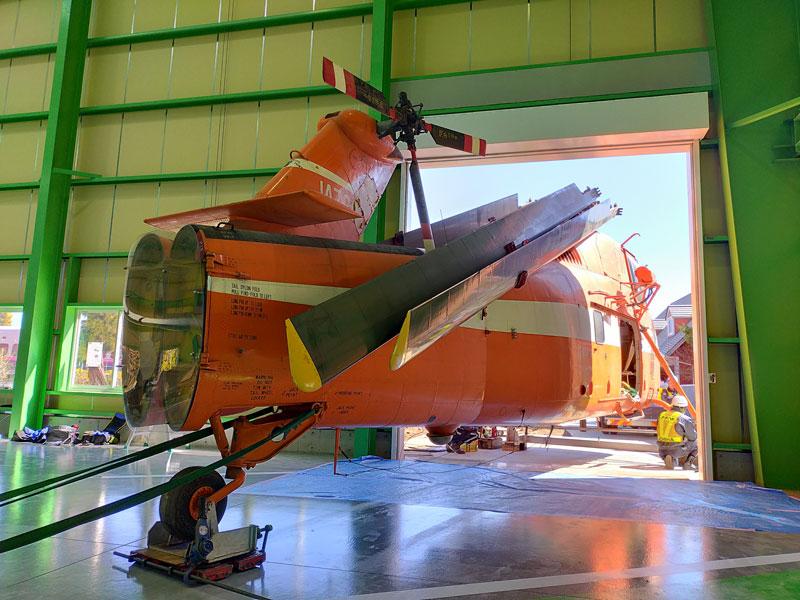 施設に搬入されるシコルスキーS-58(JA7201)