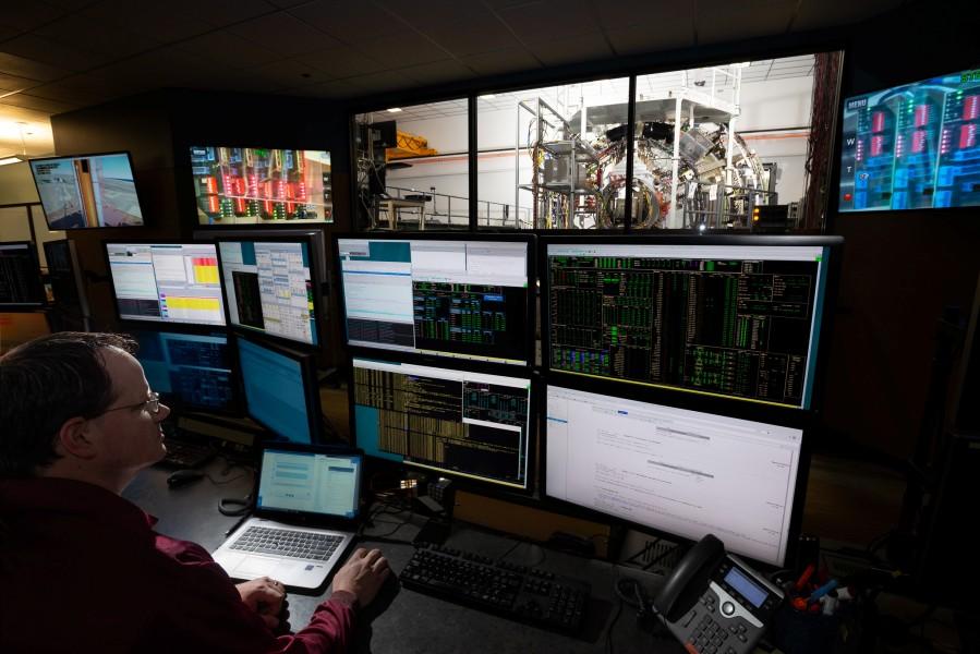 オリオン宇宙船の試験をするロッキード・マーティンの技術者(Image:Lockheed Martin)