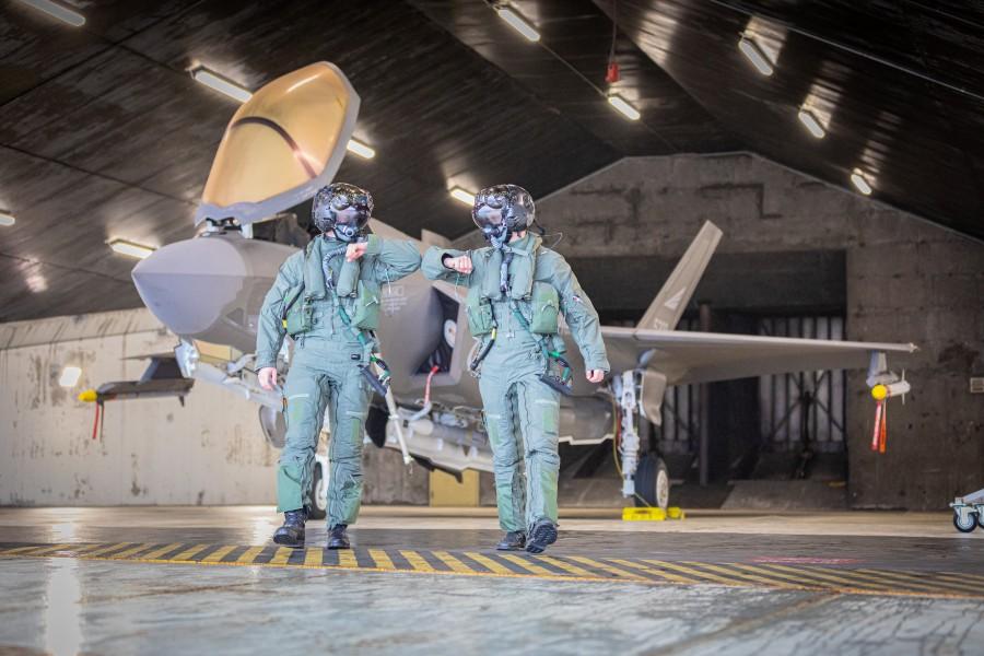 飛行を終えたF-35のパイロット(Image:ノルウェー空軍)