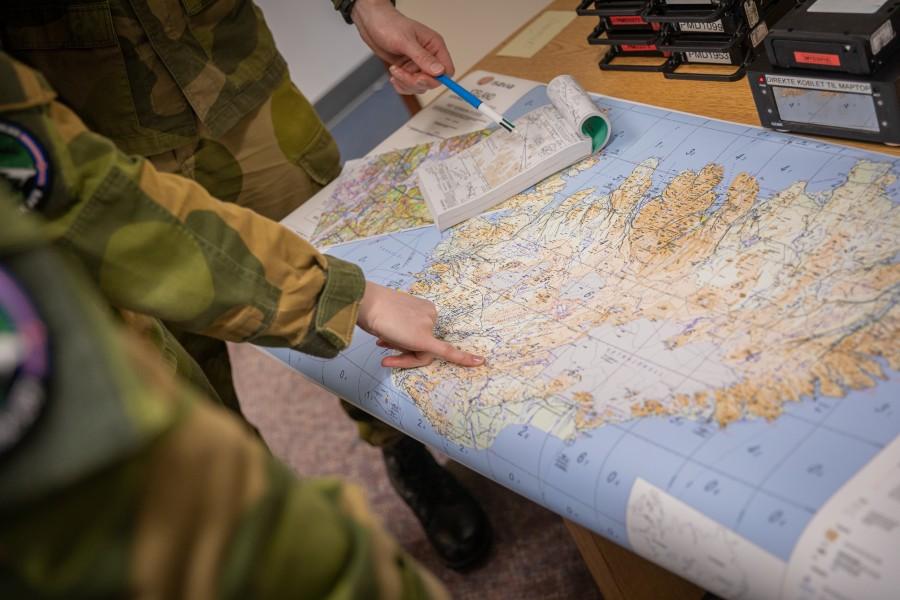 地図を見ながらのブリーフィング(Image:ノルウェー空軍)