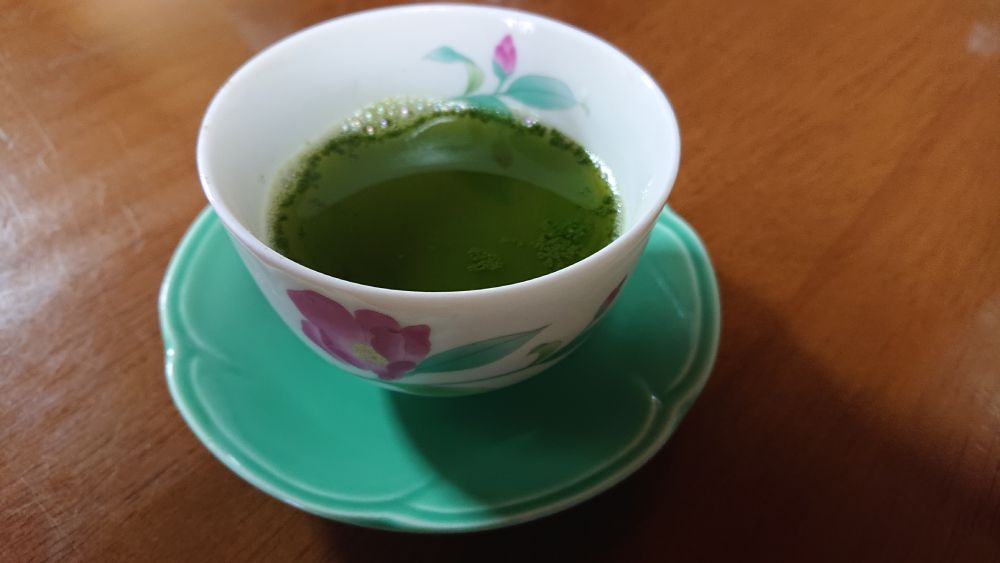 使用水量の少なさもあり、深蒸茶よりもその色合いは深緑に。