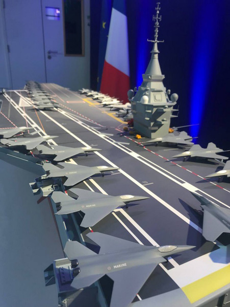 フランス次世代原子力空母の模型に載る次世代戦闘機SCAF(Image:ナーバル・グループ)