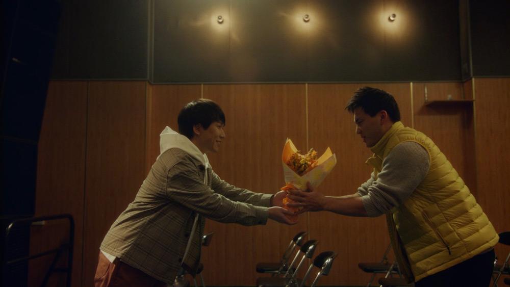 花束を贈る秋山さん