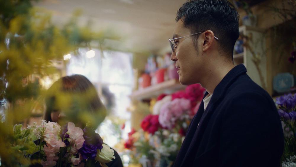 花を選ぶ菊田さん