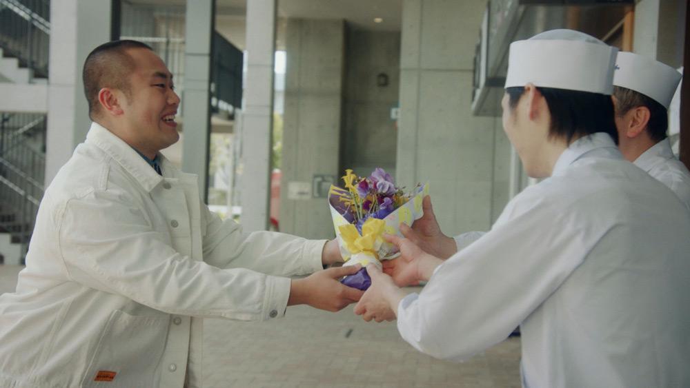 花束を贈る岡部さん
