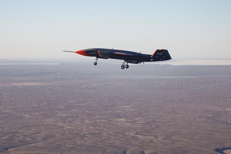 ウーメラ砂漠上空を飛ぶ「ロイヤル・ウィングマン」試作1号機(Image:Commonwealth of Australia)