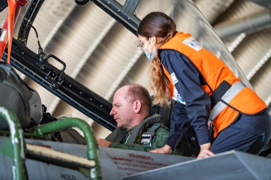 F-15Dに搭乗するイギリス空軍のウィグストン参謀総長(Image:Crown Copyright)