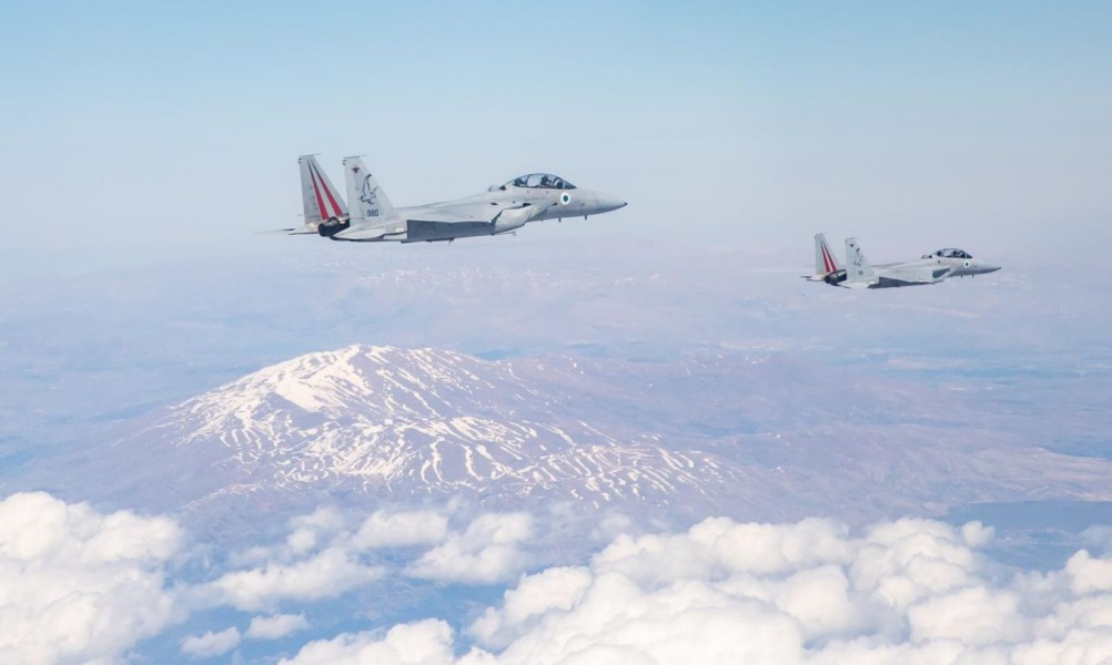 両国の参謀総長を乗せて編隊飛行するF-15D(Image:Crown Copyright)