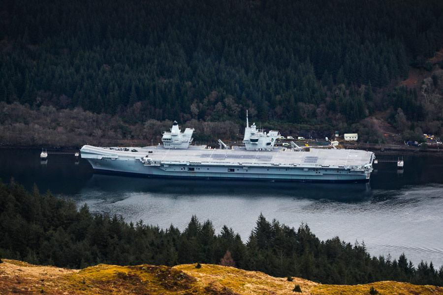 北部弾薬桟橋に接岸した空母クイーン・エリザベス(Image:Crown Copyright)