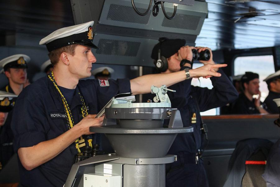 空母クイーン・エリザベス艦橋でワッチにあたる乗組員(Image:Crown Copyright)