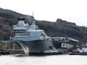 新設された北部弾薬桟橋に接岸する空母クイーン・エリザベス(Image:Crown Copyright)