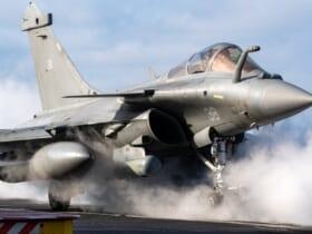 空母シャルル・ド・ゴールで発艦を待つラファールM F3-R(Image:フランス海軍)