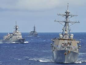 戦術運動を実施する駆逐艦ジョン・S・マケイン(DDG-56)護衛艦しらぬい、護衛艦はるさめ(Image:U.S.Navy)