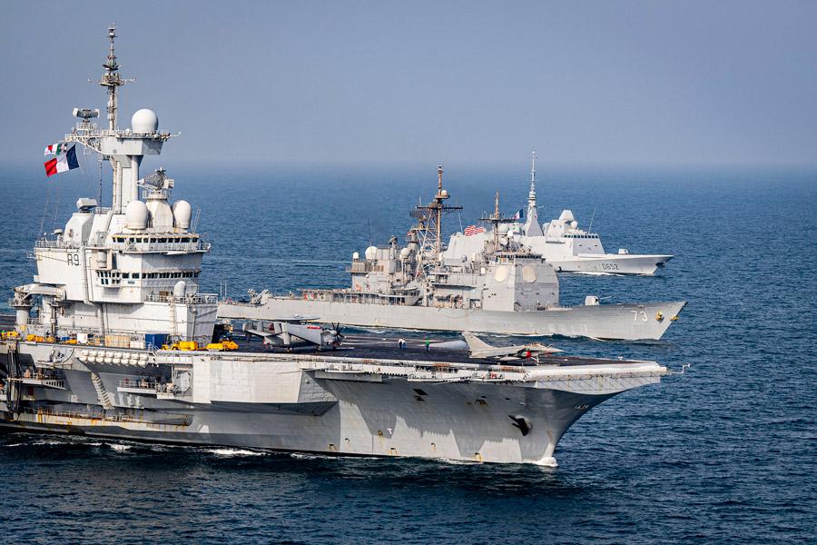 空母シャルル・ド・ゴールと巡洋艦ポートロイヤル(Image:U.S.Navy)