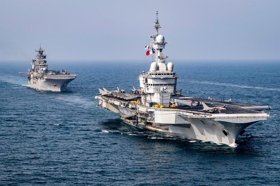 空母シャルル・ド・ゴールと強襲揚陸艦マキンアイランド(Image:U.S.Navy)