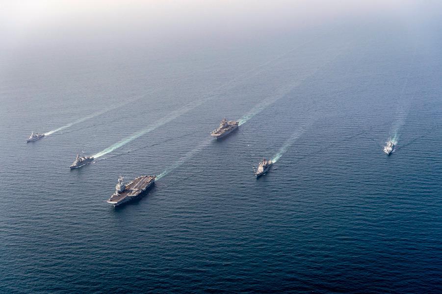空母シャルル・ド・ゴールを先頭に編隊航行(Image:U.S.Navy)