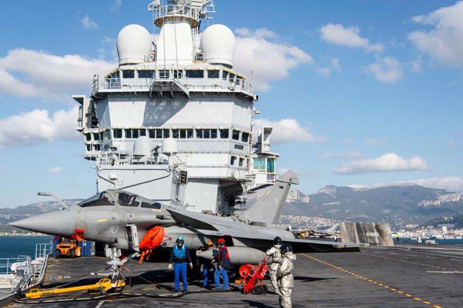トゥーロンを出港する空母シャルル・ド・ゴール(Image:フランス海軍)