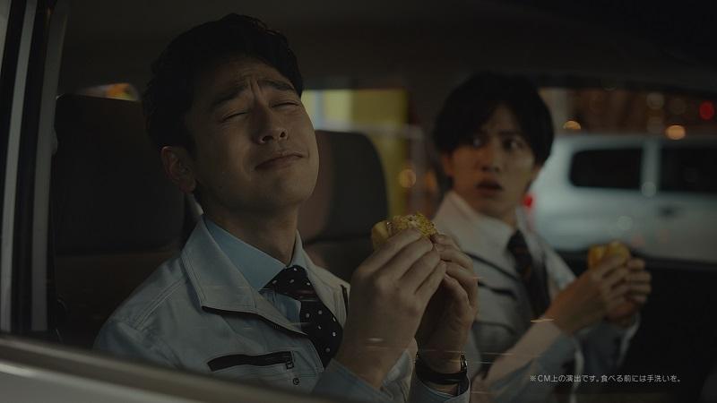 「ごはんバーガー」を食べながら交わす妻夫木さんと志尊さん