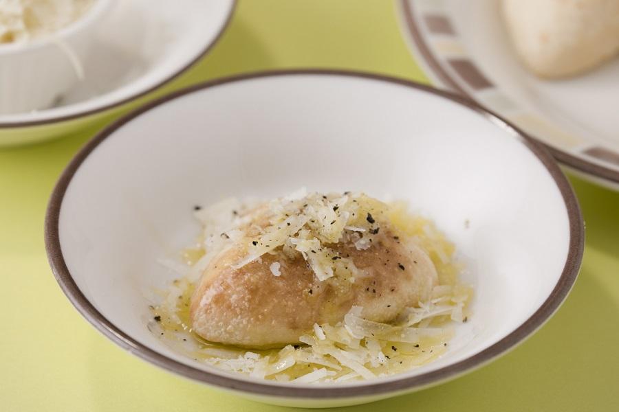 名脇役の「プチフォッカ」と羊のミルクから作られたチーズ「ペコリーノ・ロマーノ」を組み合わせて作る「シンプルチーズピザ」