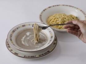 「アーリオ・オーリオ」の麺を「マッシュルームスープ」につけて食べる「イタリア風つけ麺」