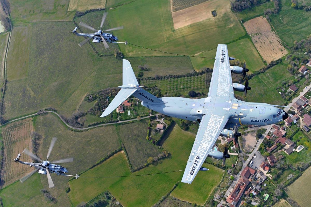 空中給油試験中のEC725(H225M)とA400M(Image:Airbus)