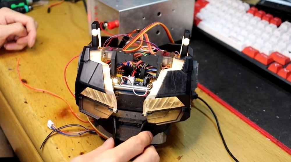 透明フレームに取り付けたLEDにより発光する仕組み。