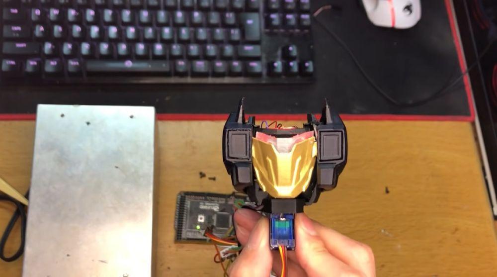 顔部分は頬の展開収納用と、顔の交換と頬の回転の2つのモーターを用意。