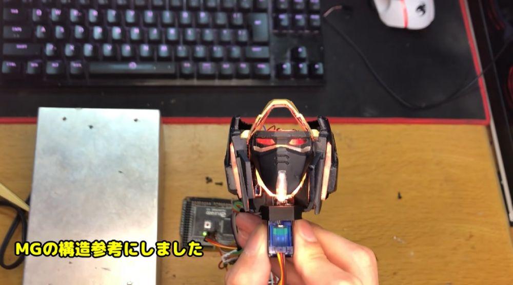 もう1つのモーターで頬の回転とフェイス交換を実施します。