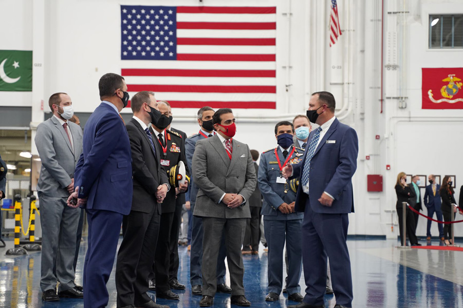 AH-1Z組み立てラインを訪問したバーレーンの代表団(Image:Bell)