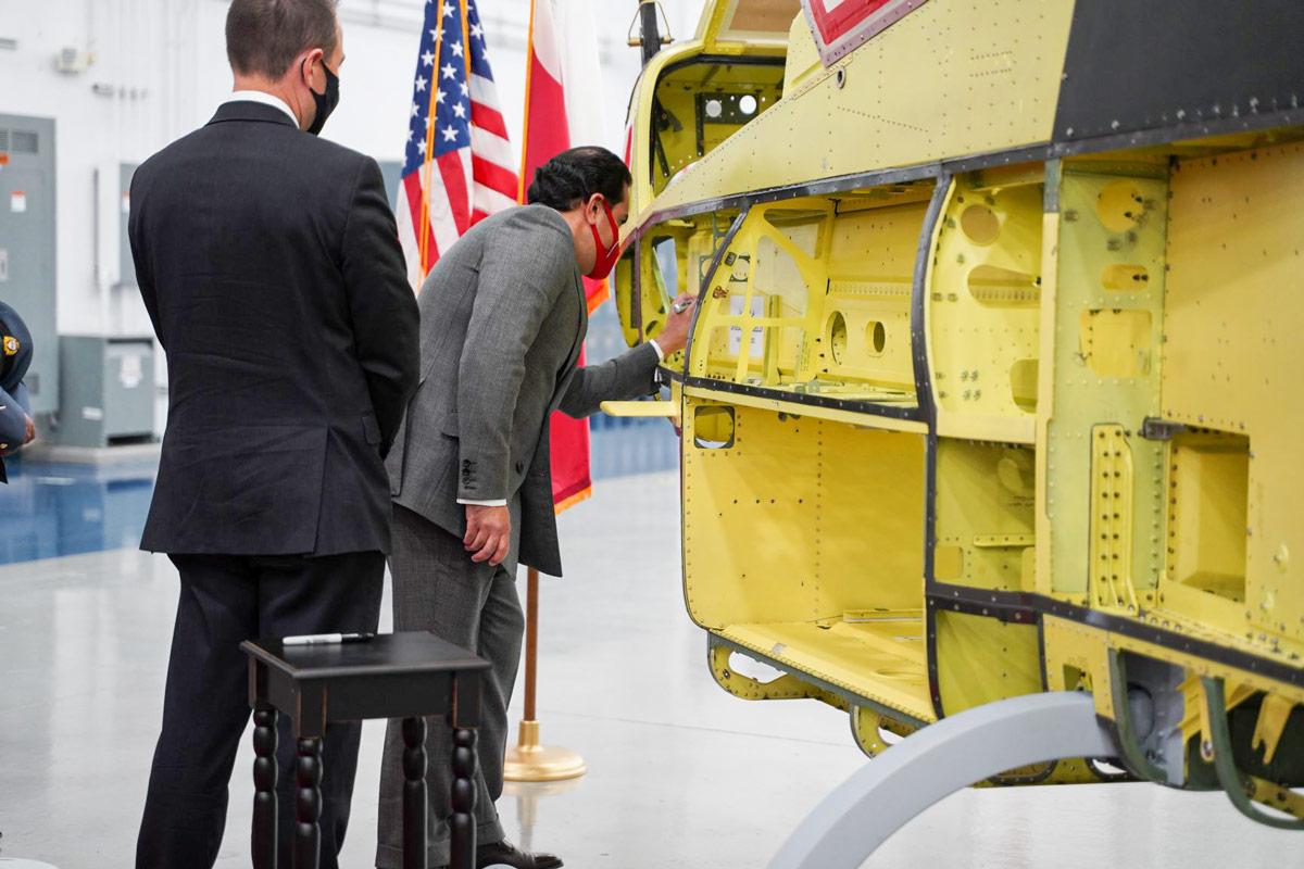 AH-1Zの1号機にサインするバーレーンのシェイク・アブドラ駐米大使(Image:Bell)