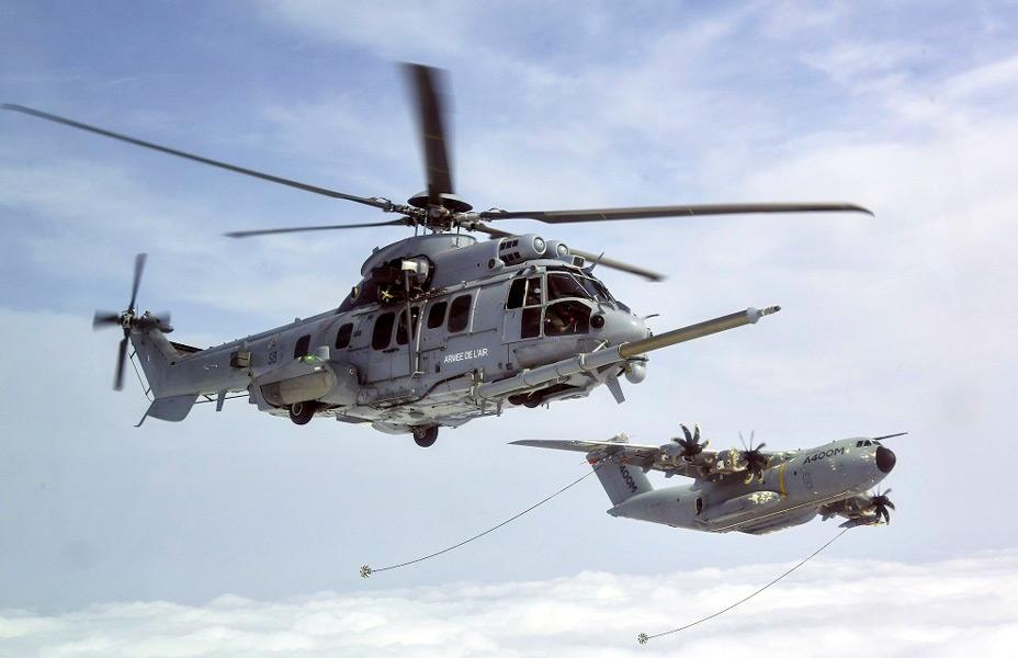 空中給油試験中のEC725(H225M)とA400M(Image:DGA)